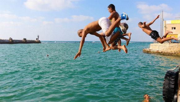 """תערוכת צילום: """"גוף חוצה גבולות: מילדות לגבריות בנמל יפו"""""""